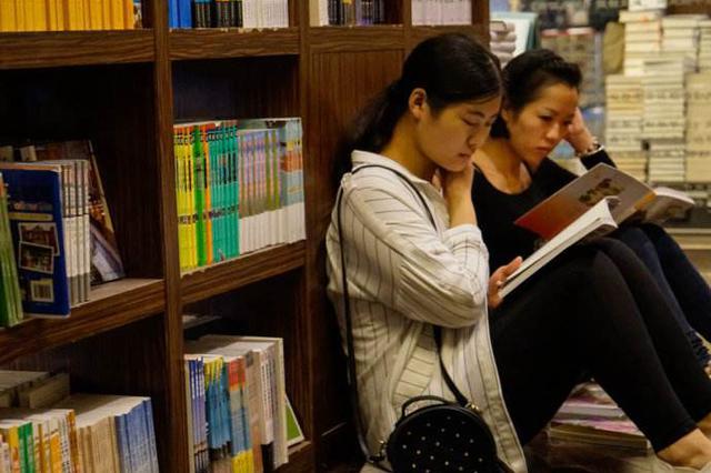 芜湖:家长看手机陪伴阅读引孩子吐槽