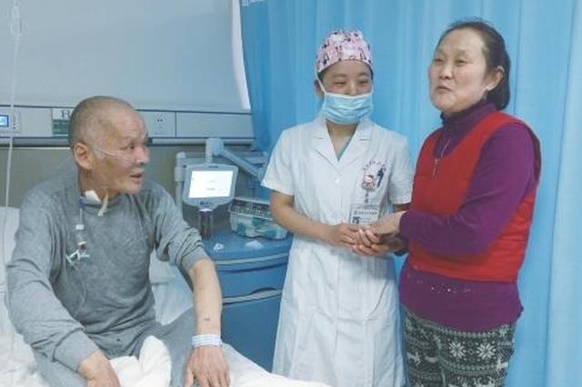 阜阳:老人突发重病 市医院90后医生跪地施救