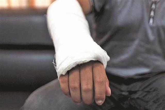 男子抽走同事凳子致其摔骨折 被法院判赔8000元
