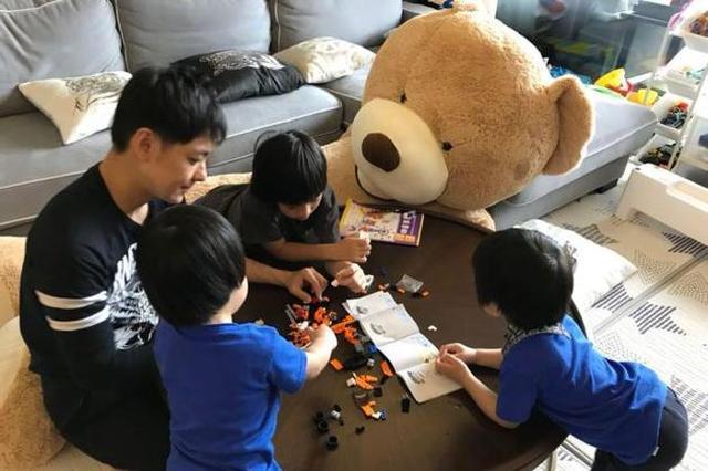 幸福家庭日 林志颖和三个儿子玩乐高超温馨