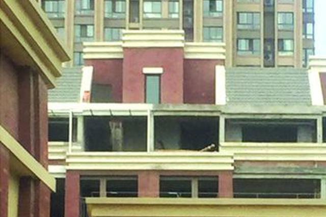合肥加侨悦山小区顶楼加盖成风 城管称正协调处理