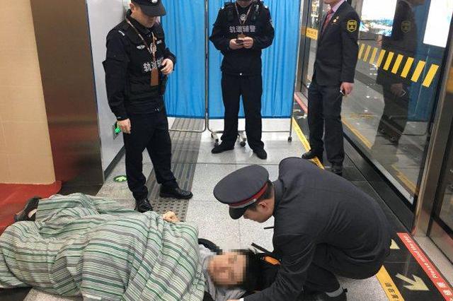 乘客突发疾病车内晕倒,合轨员工爱心接力救助