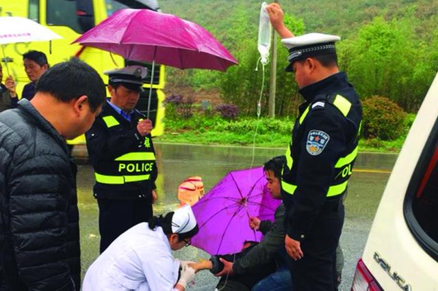 雨中举吊瓶为伤员输液20分钟 泾县交警获路人点赞