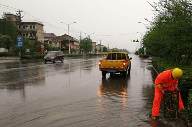 暴雨来袭 排水部门在行动