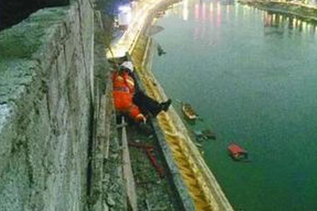 男子爬天桥轻生 消防员飞身扑救