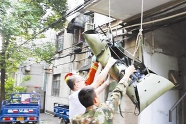 六旬老太坠落2楼平台 消防官兵将老人用担架抬出送医