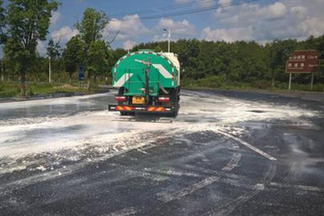 狂风暴雨过后路面狼藉 城管部门迅速清理恢复通行