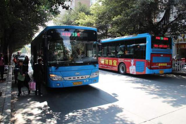 """芜湖公交上演""""大块头有大能耐"""" 公交公司:可投诉"""