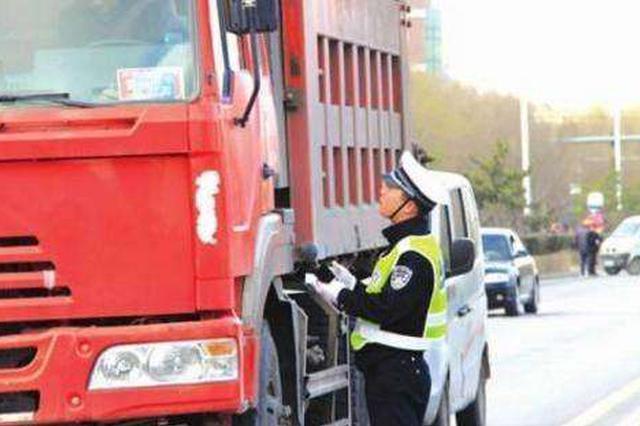 """大货车违规""""增高""""受重罚 不仅被罚款 而且被记分"""
