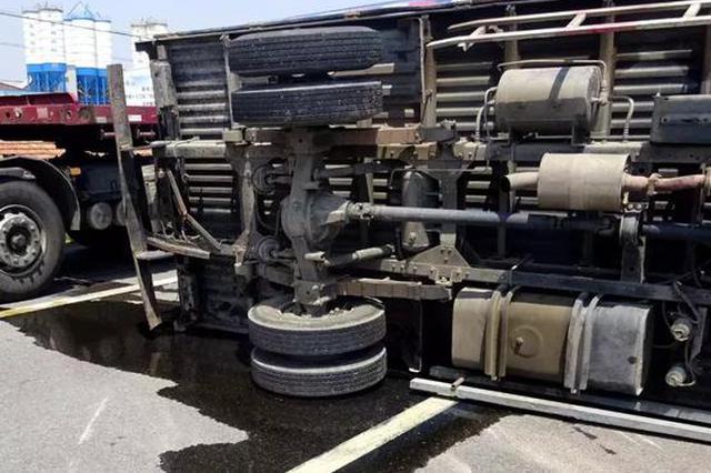 货车侧翻两人被困 民警及时救出送医