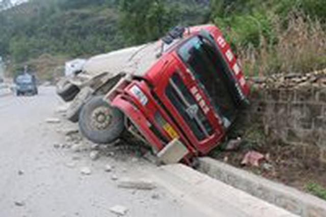 大货车侧翻路沟驾驶员双腿被卡