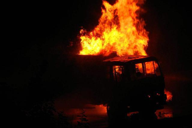 安徽颍上两货车相撞引燃民房  已致8死4伤