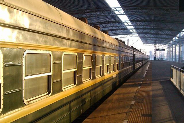 女子赶火车硬闯安检口 被拦后咬民警被行拘七日