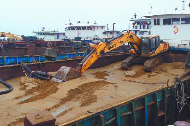 长江干流首次爆破销毁非法采砂船