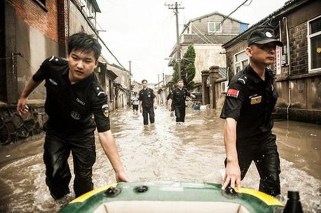 穿湿制服4小时风雨中干活 城管队员帮助居民水中脱困