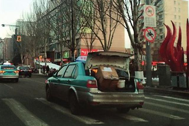 车辆后备箱未关 热心市民雨中守候