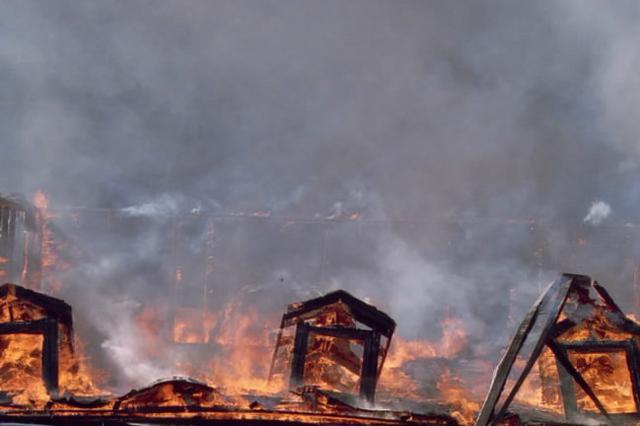居民楼突发大火 两儿童一死一伤