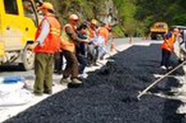 公路养护工人 50度路面作业只为防止汛期道路积水