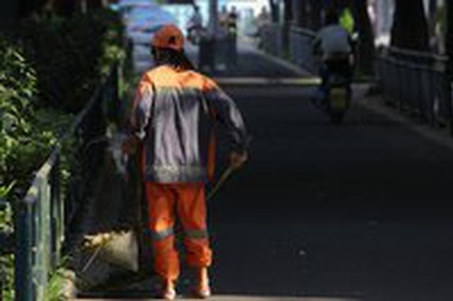 高温下环卫工人一个月要收上万桶垃圾