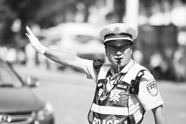 """不惧高温战一线 54岁交警变""""焦""""警"""