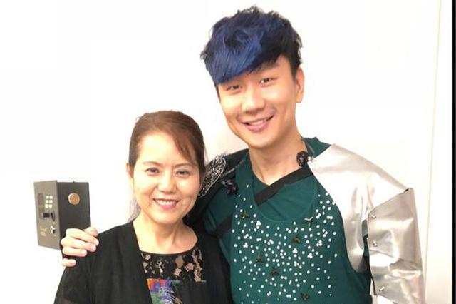 张靓颖带妈妈助阵林俊杰演唱会:带家里的迷妹追星