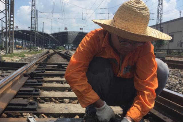 高温持续破纪录  京九线铁路信号工与50度铁轨打交道