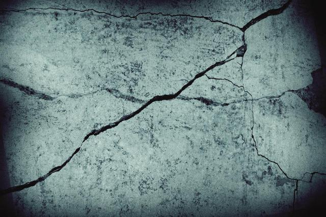安徽一村庄路面突开裂 裂缝爬上房