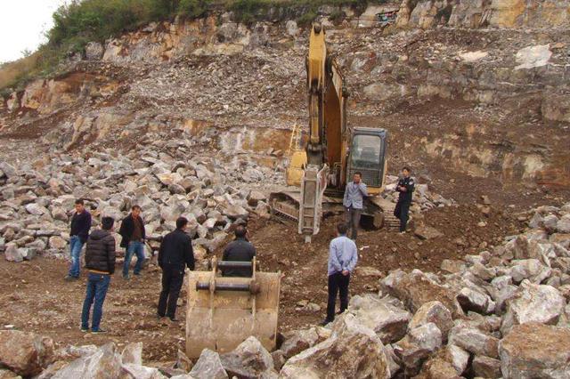宿松一采石场石块坠落 挖掘机被砸驾驶员被困