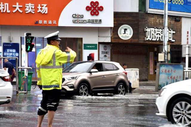 肥东突降暴雨城区多处积水 民警赤脚指挥交通