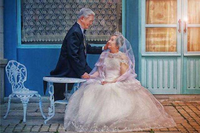 合肥:老人集体拍婚纱照  满满都是幸福感