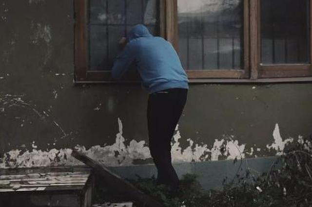 男子用竹竿挑物盗窃 专挑一楼住户下手