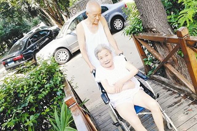 八旬老人照料瘫痪病妻11年