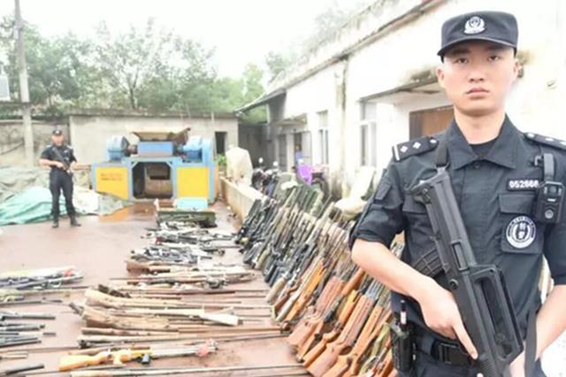 六安警方销毁148支非法枪支 现场如电影大片