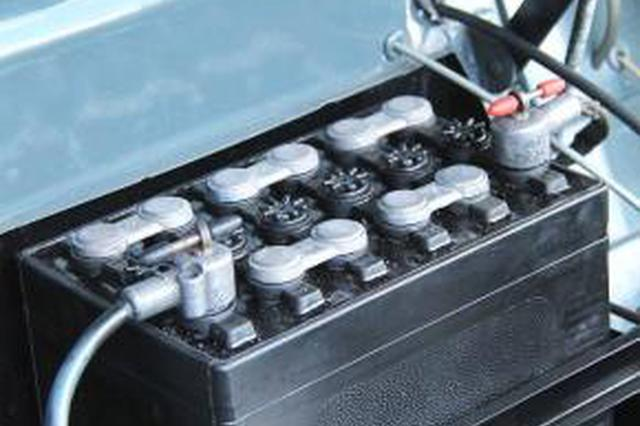 收集拆解废旧蓄电池 没证没防护就敢开工