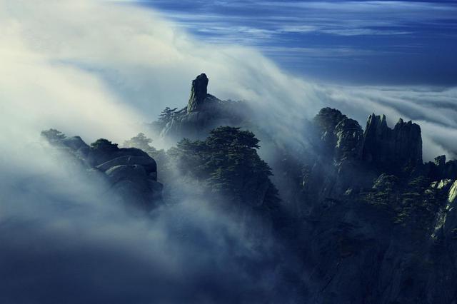 安徽黃山懸崖上撿垃圾只為維持景區整潔