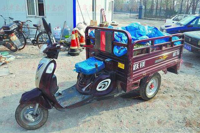 无牌三轮摩托车肇事逃逸 车上装的蔬菜助民警破案