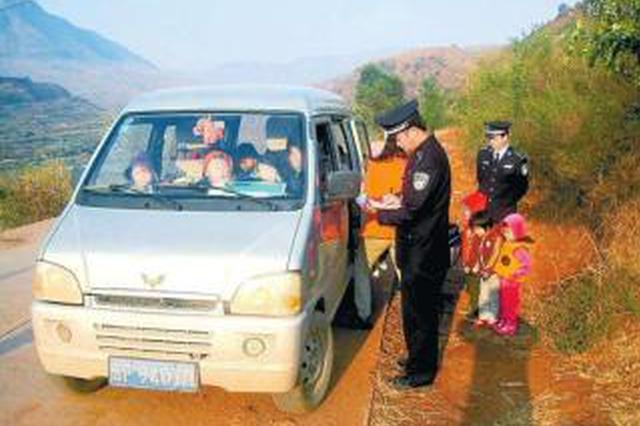 严重超载 7人面包车坐14名幼儿和1名老师