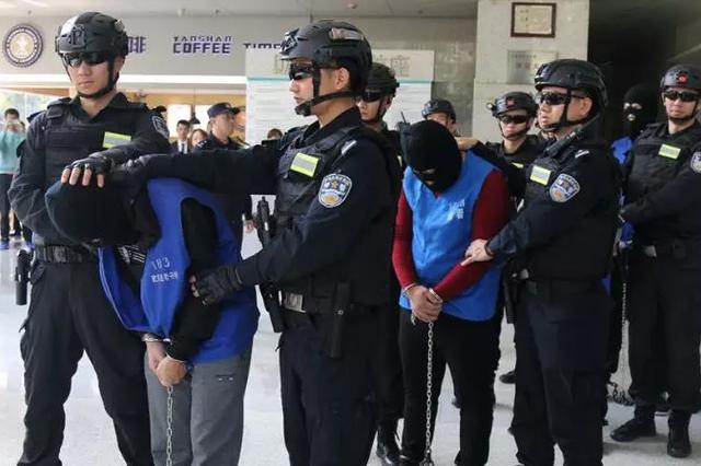 40余民警押解嫌犯進小區