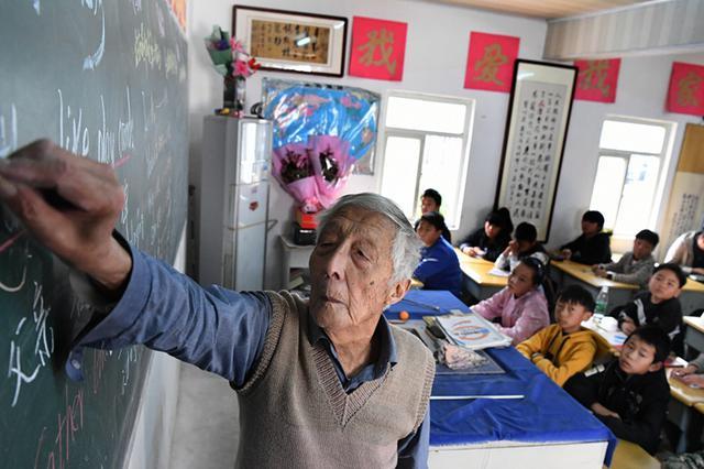 91歲鄉村教師仍堅守講臺 畢生積蓄將捐給學生