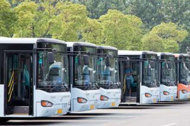 公交车上男子酒后撒野欲打人 多名乘客护住驾驶室