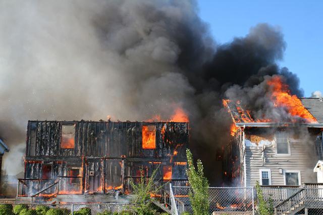 合肥一厂房起火承租者损失惨重 是否遭雷击成责任划分关键