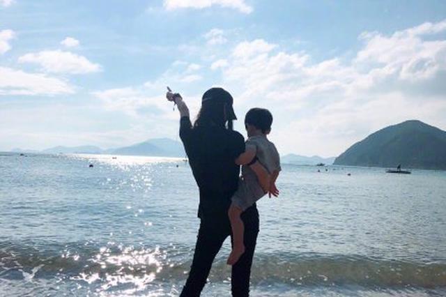 当妈不易 黄晓明挑战Baby单手抱小海绵被闪腰
