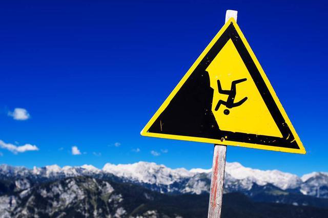 安徽一对夫妇户外拍照时发生意外 坠入山崖不幸身亡