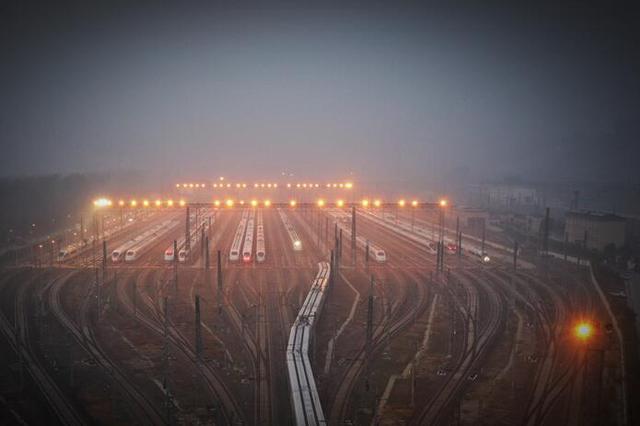 """大雾来袭 """"高铁""""洗澡去污垢"""