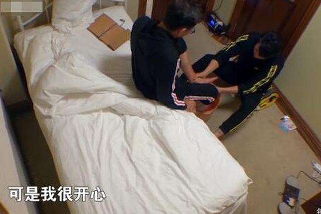 吴尊帮72岁老爸洗脚 帅爸心疼:我知道你很辛苦