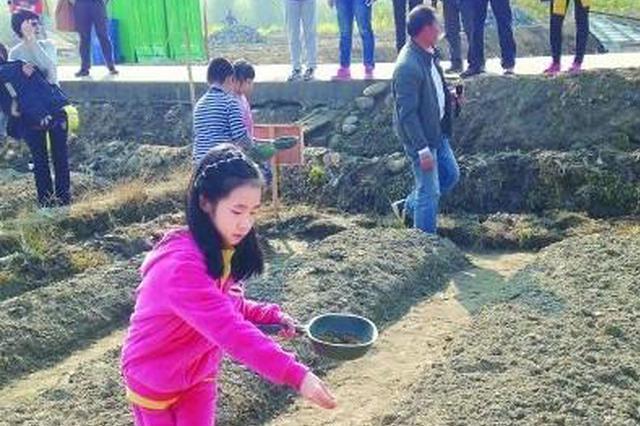 """收养69名孩子的""""徐爸爸""""成为扶贫帮困的好榜样"""