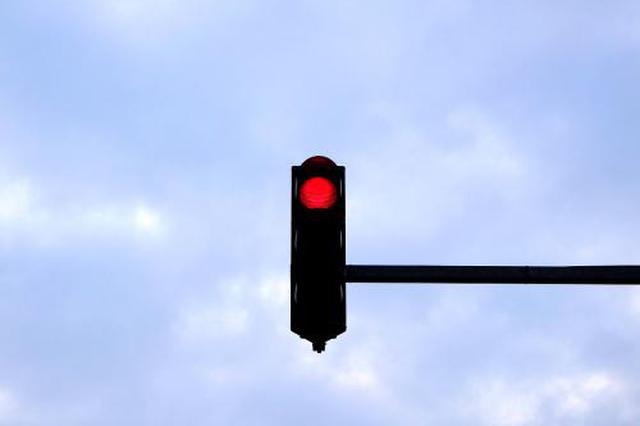 安徽明光:骑车带娃闯红灯 路口抢行被撞翻