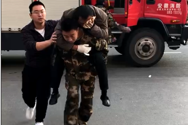 """外出训练途中偶遇车祸 消防车""""变身""""救护车"""