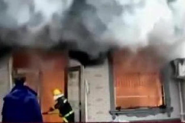 安徽太和:幼儿被困  爷爷闯火场被阻止