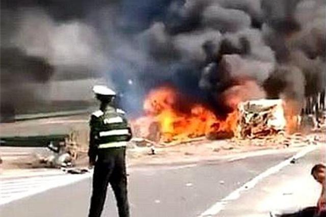 合肥绕城高速甲醇罐车当场自燃多车相撞